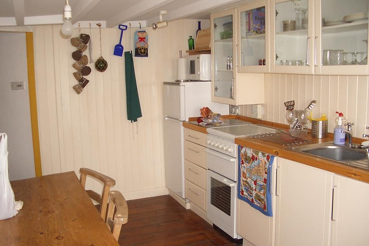 The fitted kitchen in Middle Deck apartment